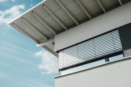 Detailaufnahme-Raffstoren-Eckfenster-Sonnenschutz-Roma-HG-Raumdesign