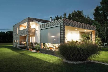 Einfamilienhaus-mit-ROMA-zipSCREEN-Terasse-Textilscreen-sonnenschutz-HG-Raumdesign