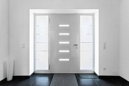 Haus-Tuere-weiss-mit-Fenstern-HG-Raumdesign