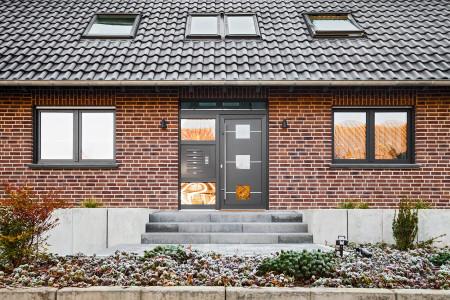 Haustuere-Mehrfamilienhaus-mit-Briefkastenanlage-hg-raumdesign