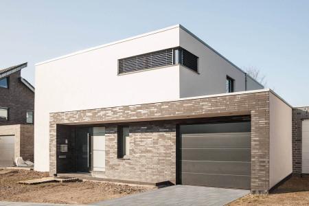 Raffstore-Anlage-Eckfenster-Sonnenschutz-Einfamilienhaus-hg-raumdesign