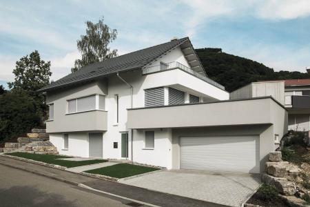 Rollladen-Raffstore-Sonnenschutz-Doppelhaus-Etagenwohnung-Roma-HG-Raumdesign