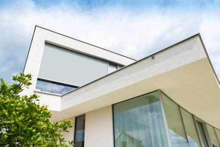 grosser-textilscreen-sonnenschutz-mehrfamilienhaus-roma-hg-raumdesign