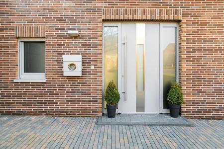 hellgraue-haustuere-einfamilienhaus-mit-Fenster-Aluminium-hg-raumdesign