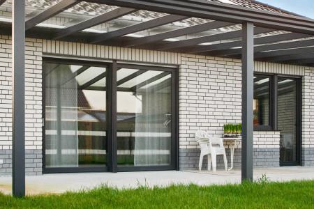terrassentueren-mit-terrassenueberdachung-hg-raumdesign