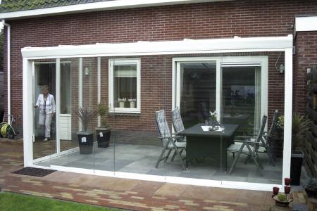 Terrassenueberdach-mit-glaswaenden-glasschiebeelemente-weiss-hg-raumesign-aluxe